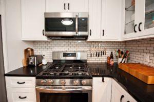 kitchen backsplash up to cabinets